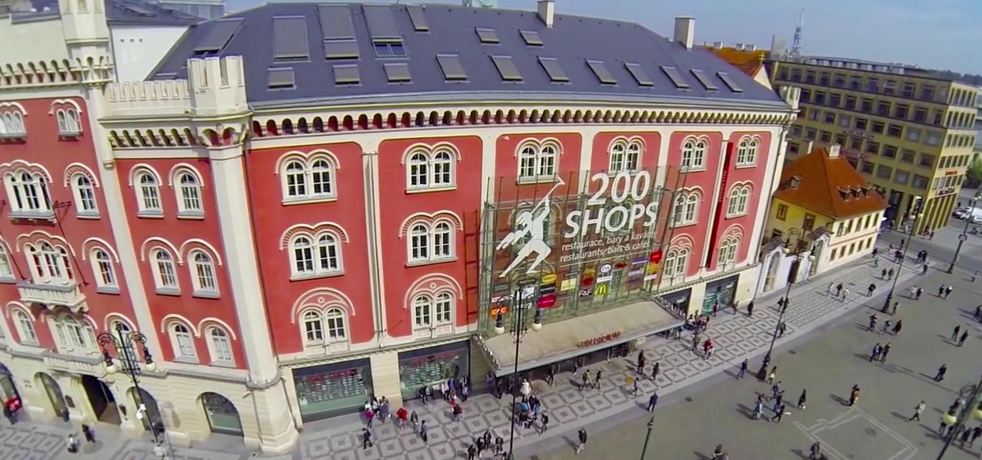 Možná nejoblíbenější pražské nákupní centrum přímo v jejím srdci. 200  obchodů s módou 832b2dec6a6